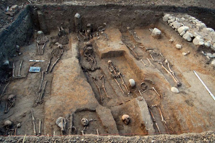 Abb. 1: Grobe, Nordwand der Kirche und anschließender Friedhof (Foto F. Biermann)