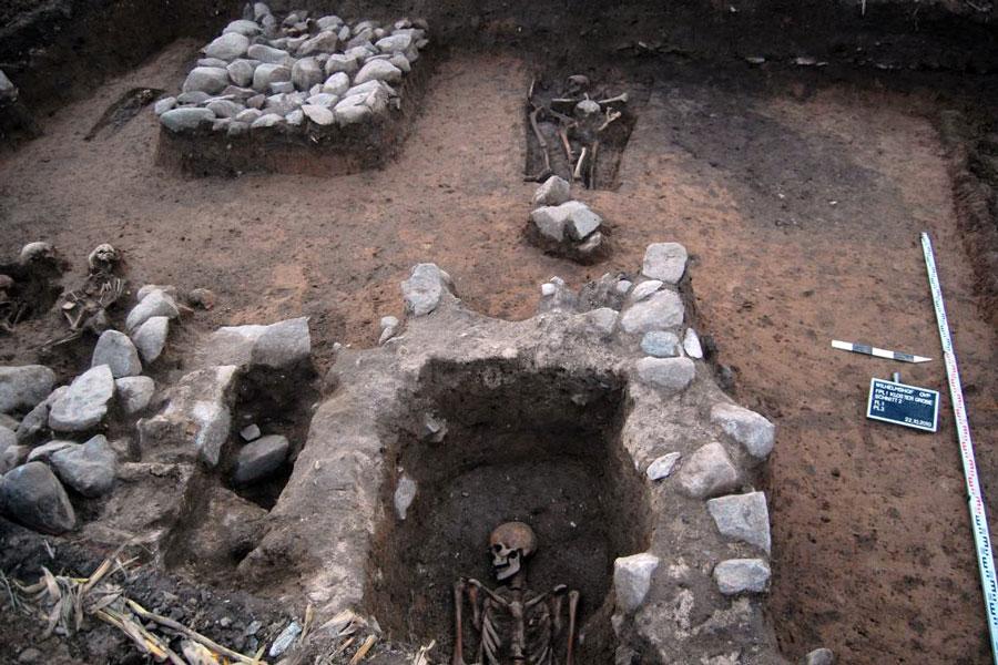 Abb. 2: Grobe, Wand der Kirche mit Eingang und Gruft (Foto F. Biermann)