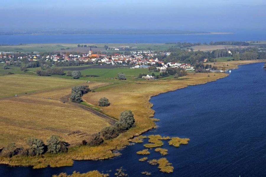 Abb. 3: Die Ausgrabungen am Kloster Grobe aus der Luft (vorn) mit Blick nach Usedom (Foto A. Kieseler)